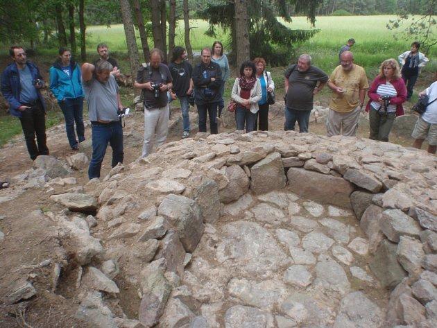 Pravěkou mohylu zrekonstruovali archeologové