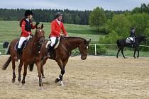 ÚČASTNÍCI jarních jezdeckých závodů v Oldřichově při rozcvičování na tréninkovém kolbišti. Závody se konaly již po pětatřicáté.