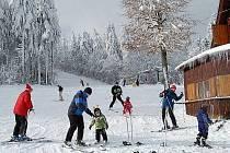 Na sjezdovce v Přimdě se lyžuje od konce prosince, mnoho sněhu tady ale zatím není.