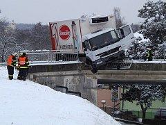Nehoda náhladního vozu ve Stříbře.