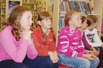 Žáci ze základní školy v Hornické poslouchají přednášku o dobrodružné literatuře. Na snímku uprostřed je Bára Lávičková z Tachova, která je pravidelnou návštěvnicí knihovny