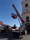 Na špici kostela se měl v úterý vrátit  opravený a pozlacený vrcholový kříž. Z instalace ale nakonec sešlo,  odborníci totiž odhalili havarijní stav hrotnice.
