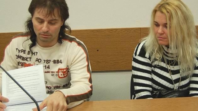 IVETA A MILAN LANTAJOVI v úterý po několika měsících znovu zasedli u tachovského soudu v případu údajného týrání, kterého se měli dopustit na Lantajově dceři. Líčení bylo odročeno