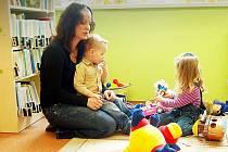 PÁTEČNÍ DOPOLEDNE PATŘILO HRÁM. Mezi maminkami, které v pátek společně se svými dětmi navštívily tachovskou knihovnu, byla také Petra Rousová.