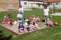 Děti z mateřské školy v Erpužicích s ředitelkou Jaroslavou Vrbovou a učitelkou Bohuslavou Kasalovou.