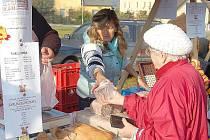 Občané Tachova navštívili sobotní trhy v hojném počtu, zboží šlo doslova na dračku