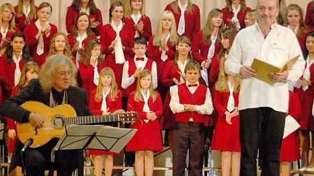 Děti z Tachovského dětského sboru se sešly na pódiu s koncertními mistry Danielem Hůlkou a Lubomírem Brabcem.