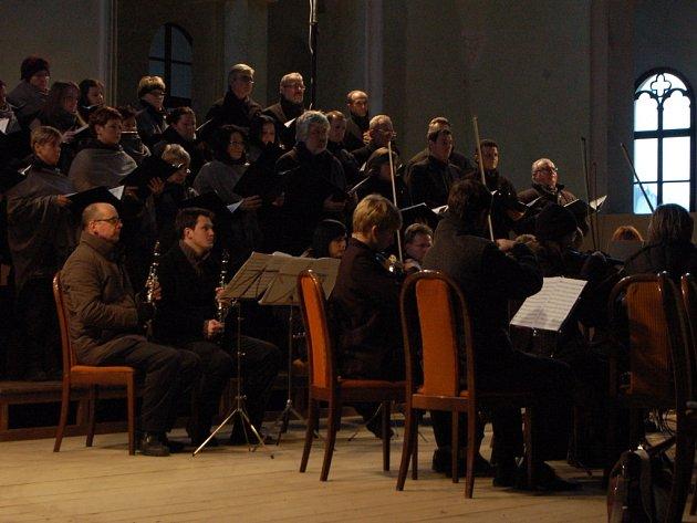 Pěvecký sbor Čerchovan a komorní orchestr Musica Tusta z Domažlic v jízdárně ve Světcích.