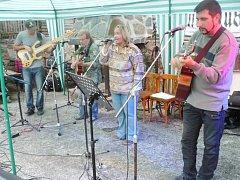 Skupina Bikers Band s hlavní organizátorkou akce a moderátorkou Janou Lehovcovou.