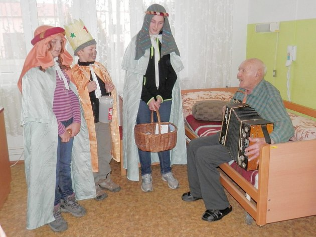 Koledníci se zastavili v Domově pro seniory v Kurojedech také u Rudolfa Matějky, kterému bylo před několika dny 101 let.
