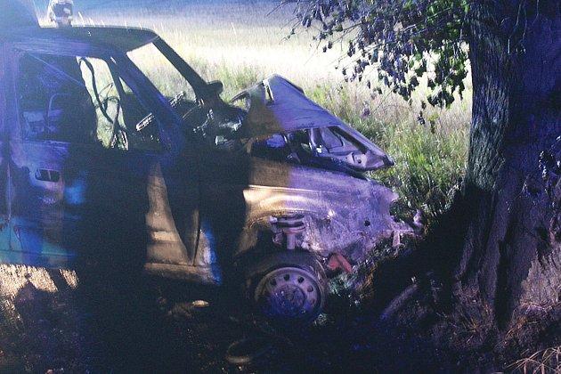 Ipřesto, že se řidič dostal zvozidla ještě před vypuknutím požáru, stejně musel být do nemocnice dopraven letecky.