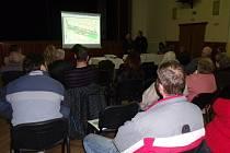 Přes dvacet osob se sešlo v místním kulturáku a většina z nich se zapojila do diskuze nad rekonstrukcí místní komunikace.