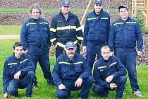 Členové zásahové jednotky SDH Skapce v nových oblecích.