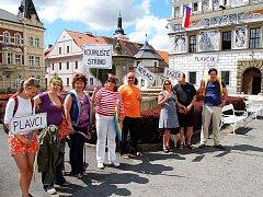 Na chybějící koupaliště upozornili v úterý ve Stříbře na náměstí někteří obyvatelé