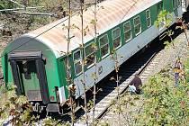 VYKOLEJENÝ VLAK. Poslední vagon vlaku z Chebu do Plzně vykojeli ve Stříbře.