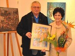 Eva Hubatová věnovala jedno ze svých děl městu Tachov. Na snímku se starostou Ladislavem Macákem, který obraz převzal