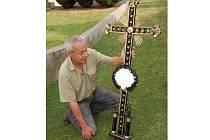 JAKO NOVÝ vypadá litinový kříž, který opravil Václav Vobořil (na snímku). Kříž je součástí památky obnovované poblíž Studánky.
