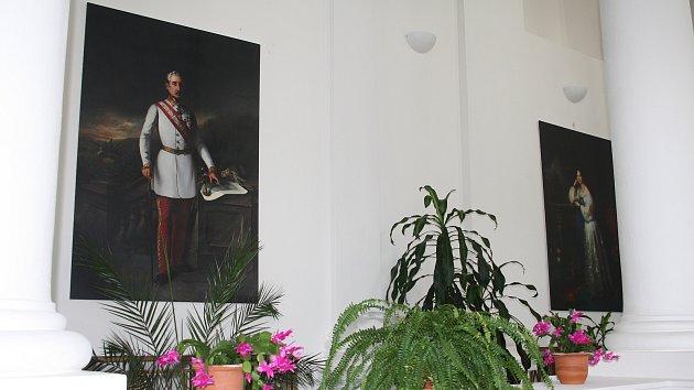 VELKOFORMÁTOVÉ PORTRÉTY rodiny Windischgrätzů obohatily tachovský zámek.