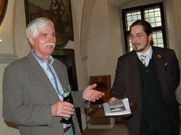 PRACOVNÍ VERZI knihy o druhé světové válce na Tachovsku pokřtili pivem (zleva) Josef Brabenec a hlavní tvůrce Jiří Nenutil.