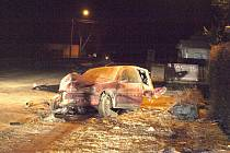 Z PEUGEOTU 106 vínové barvy zbyl jenom vrak a části vozu byly rozmetány po celé silnici. Jen zadní náprava odletěla asi dvacet metrů od místa střetu. Mladší spolujezdec na místě zemřel. Opilý řidič vyvázl s lehkým zraněním.