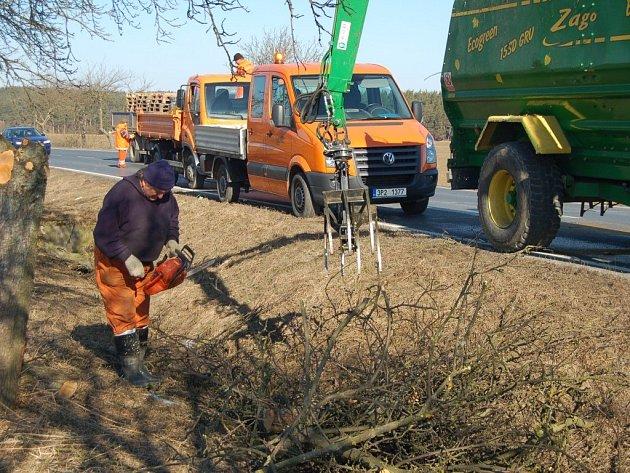 S MOTOROVOU PILOU v ruce a štěpkovacím strojem za zády lze v těchto dnech spatřit silničáře podél cest na území celého Tachovska.