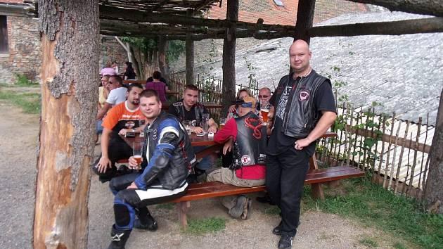 PŘIBLIŽNĚ DVĚ desítky motorkářů se sešly na nultém ročníku motosrazu, který se uskutečnil ve Dvoře Krasíkov. Po odpolední vyjížďce pokračovala akce večerní párty.