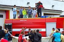 DĚTSKÝ DEN v Plané navštívilo asi sto dětí. Nejvíce si užívaly skoku do plachty.