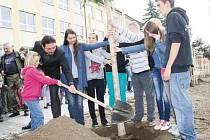 DEVÁŤÁCI A PRVŇÁCI zasadili lípu společně. Žáci devítky strom umístili a drželi, žáci první třídy pak přihazovali lopatou zeminu. Pomáhal jim ředitel Daniel Koblen