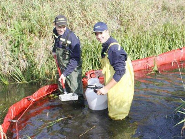 HASIČI z tachovské a stříbrské profesionální stanice vyzkoušeli v Kateřinském potoce v Dianě norné stěny.