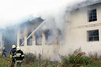 V blízkosti Třískolup hořela i bývalá granulárna. O likvidaci ohně se postaraly čtyři sbory dobrovolných hasičů a profesionálové z Tachova. Obavy místních, že se v jejich okolí pohybuje žhář, se potvrdily.