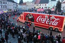 Kamion výrobce nealkoholických nápojů obléhaly děti v doprovodu dospělých ve středu v podvečer na náměstí v Tachově. Otevřený návěs posloužil jako pódium, na kterém trůnil Santa Claus a moderátor organizoval různé soutěže. Výtěžek z akce jde na podporu ta
