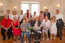 MANŽELÉ KUNCOVI z Tachova se po šedesáti letech společného života opět sešli v obřadní síni aby stvrdili svůj manželský slib.
