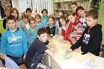 Děti v tachovské knihovně při Noci s Andersenem.