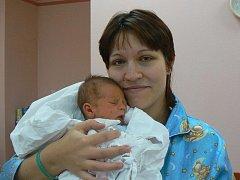 """Jiří (3,56 kg, 50 cm), který se narodil 1. 12. v 9.54 hod. ve FN v Plzni Denise Mrázkové a Pavlu Denisovi ze Stříbra, dostal jméno po svém dědovi a """"vzkazuje"""", že se určitě narodil tomu nejúžasnějšímu tatínovi na světě."""