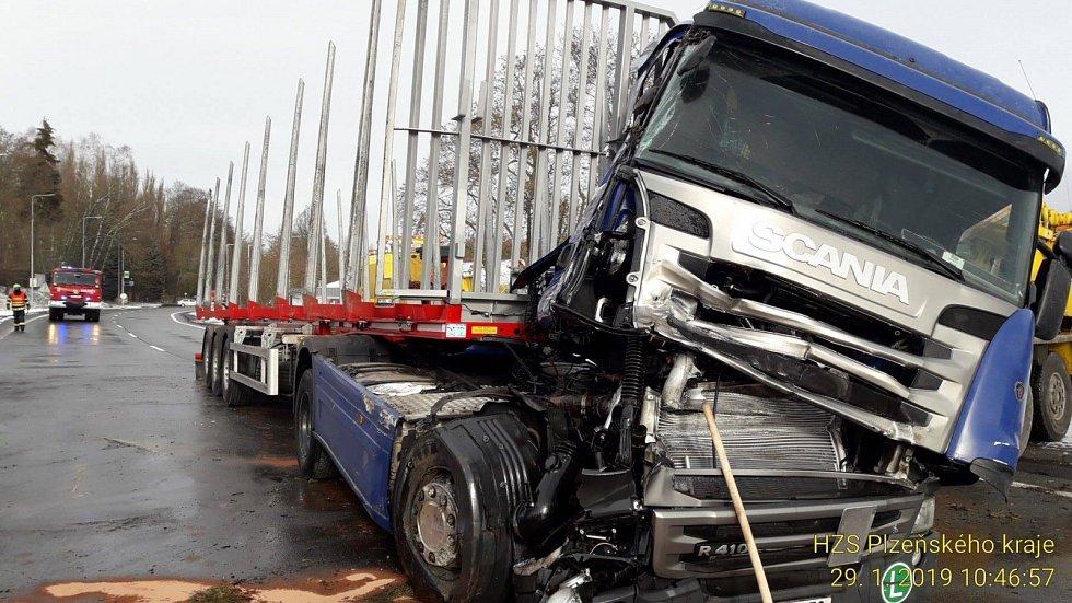Nehoda kamionu v Plané.