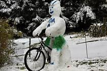 Sněhuláka cyklistu postavil ve Studánce tatínek Vlasta Sýkora s dcerami Barunkou a Kačenkou