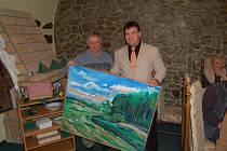 Výtvarník Jan Rybecký (vlevo) daroval starostovi Petru Kovaříkovi obraz jako poděkování za vzornou spolupráci.
