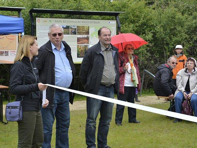 Nová stezka byla slavnostně otevřena starostou Jiřím Stručkem po boku s bývalým starostou Ladislavem Macákem.