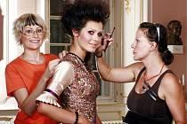 Módní designérka Marie Copps, tachovská rodačka, s někdejší Miss ČR Janou Doleželovou při přípravách kalendáře, jehož prodej podpoří onkologický výzkum.