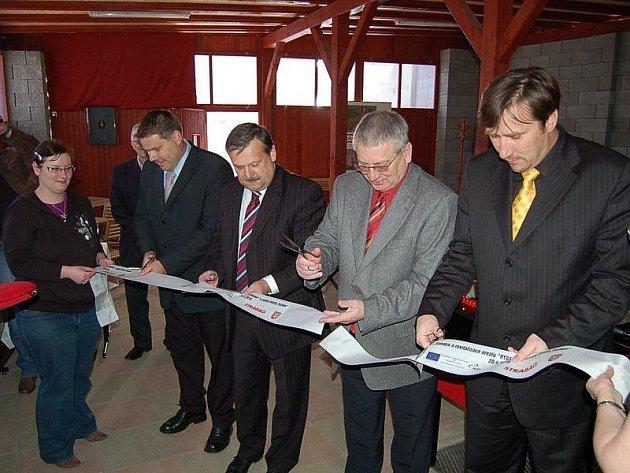 PÁSKA JE PŘESTŘIŽENA. Zástupci Plzeňského kraje a města Tachova, Ivo Grüner a Ladislav Macák (zprava), při otevírání centra.
