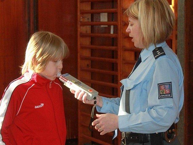 V rámci Bezpečného týdne si školáci ve Stráži vyzkoušeli také třeba dechovou zkoušku na alkohol.