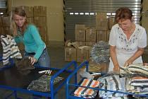 Nápisem Humanita na rubovou stranu tepláčků i mikiny označily v úterý pracovnice Správy uprchlických zařízení Ministerstva vnitra ČR 650 dětských soupraviček, zabavených před dvěma lety celníky v Rozvadově