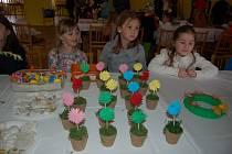 VELIKONOČNÍ JARMARK v Chodském Újezdu sklidil velký úspěch. Většina jarních dekorací se rozprodala ihned po otevření.