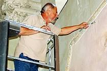 Restaurátorské práce v kostele svatého Petra a Pavla v Bernarticích provádí Vladimír Stejskal z Prahy. Až dokončí své dílo, dojde na rekonstrukci krovů a střechy.