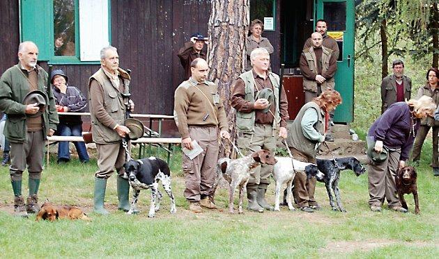 Dvacet psů různých plemen se sešlo se svými majiteli v myslivecké klubovně ve Starém Sedlišti. Na čtyřnohé