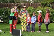 Akce k zahájení školního roku se konala ve stříbrských Minoritských zahradách. Pořádal ji dům dětí a přišel i klaun.