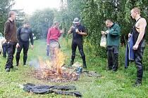 ORNITOLOGY POTRÁPIL CHLAD A DÉŠŤ. Nejen málo lábutí, ale také nepříznivé počasí bylo stinnou stránkou při sobotním kroužkování labutí. Účastníci proto v poledne rozdělali oheň pro zahřátí.