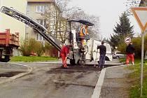DĚLNÍCI ve středu vyfrézovali i poškozený úsek v křižovatce ulic Školní a Jungmannova.