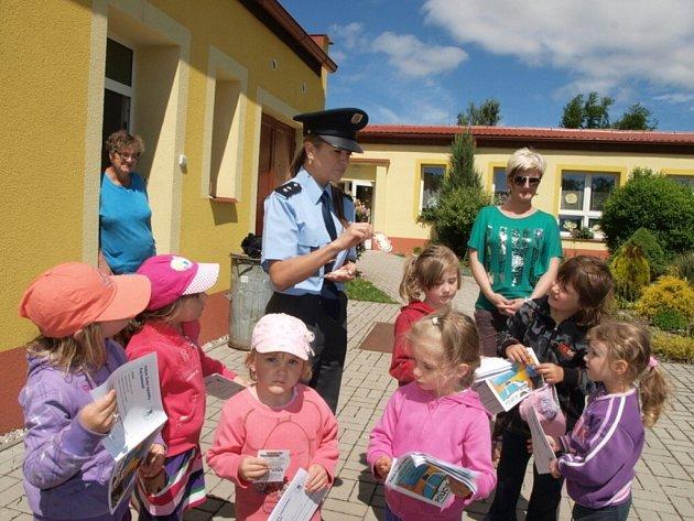 Za dětmi do školky v Záchlumí přijeli policisté.