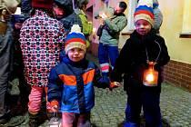 Rozdávání Betlémského světla v Černošíně.